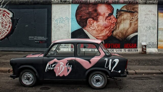 Beso en el muro de berlín